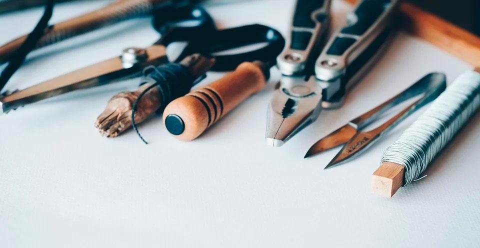 imagem de várias ferramentas de uso manual em cima de uma bancada representando uma tradução de manual técnico