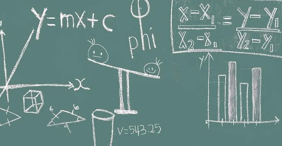 imagem de uma lousa com uma formula escrita a giz