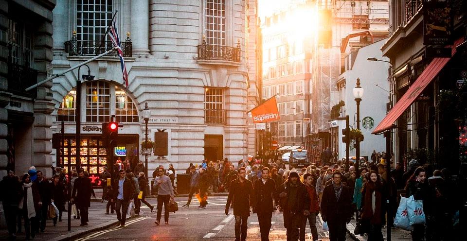 pessoas andando na rua representando a globalização